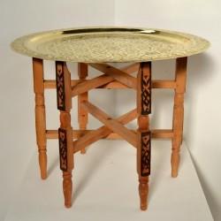 Mesa de té de pata plegable con bandeja de latón tallada