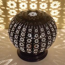 Grande lampe à poser de forme sphère ajourée en fer bronze