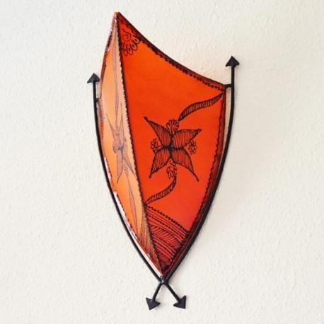 Applique africain avec des flèches en cuir peint