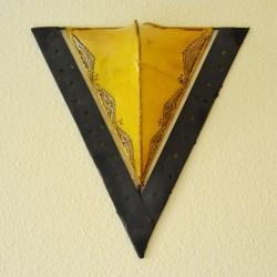 Aplique triângulo em ferro e couro pintado