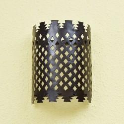 Candeeiro de parede de ferro perfurado e forma cilíndrica