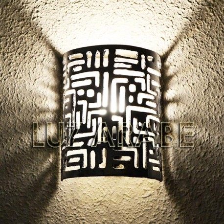 Aplique de aluminio calado con escritura cuneiforme
