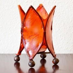castiçal forma lírio de couro pintado com henna